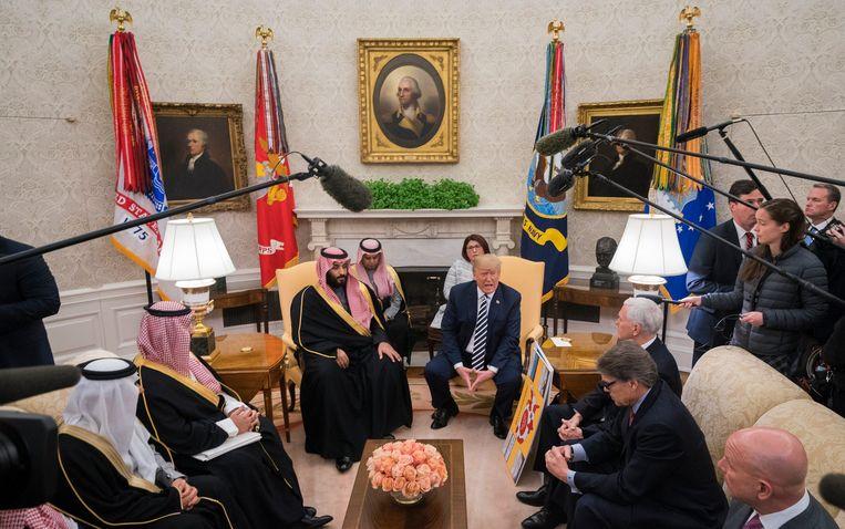 Mohammed bin Salman tijdens zijn ontmoeting met president Trump. Beeld Photo News