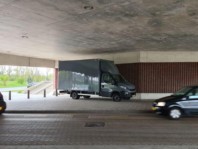 De vrachtwagen die zich vast heeft gereden.