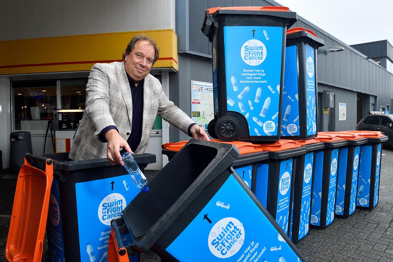 Dirk van Garderen heeft twintig plasticcontainers laten bedrukken om er plastic flesjes in te kunnen verzamelen.