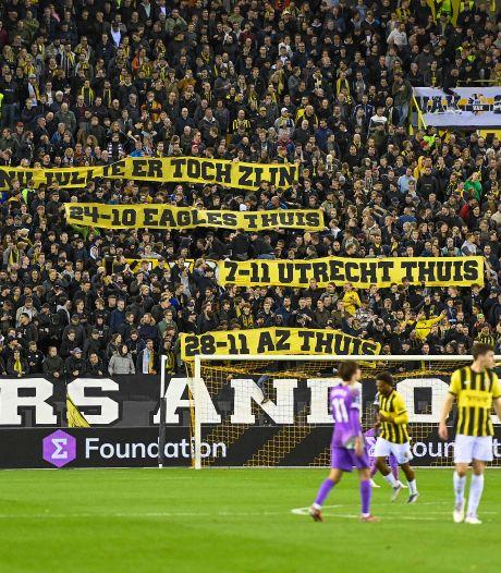 Zelfspot in uitverkocht Gelredome: fanatieke aanhang richt zich met spandoek tot andere Vitesse-fans