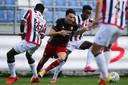 Feyenoord-aanvoerder Steven Berghuis in duel met Mike Trésor: twee smaakmakers vechten om de bal.