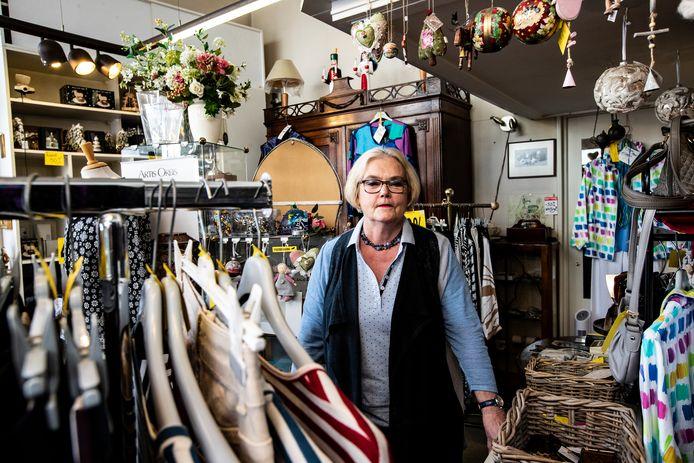 Iris Mulder bij haar speciale, Scandinavische en Ierse kledingcollectie. Ze stopt na 40 jaar met haar winkeltje De Regenboog. ,,Ik run de winkel in m'n eentje en kan het nu fysiek niet meer aan.''