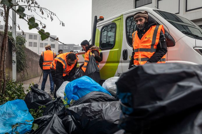 Leden van de Ahmadiyya Moslim Gemeenschap ruimen na oudejaarsavond resten van het vuurwerk op in de Eindhovense binnenstad.