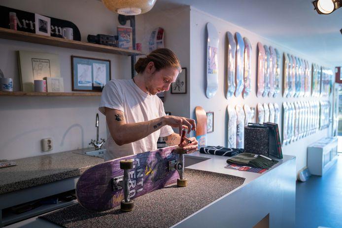 Yannick Wijgman repareert een skateboard.