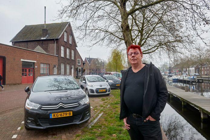 Met de komst van boetiekhotel Yard (op de achtergrond) wordt gevreest voor een tekort aan parkeerplekken bij het heilig Hartplein/Noordkade te Veghel. Op de foto bewoner René Hildesheim bij de parkeerplekken vlak bij zijn huis.