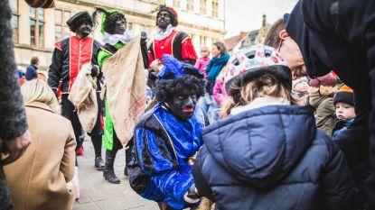 Extreemrechtse Voorpost protesteert met eigen klassieke roetzwarte pieten (maar de kinderen kan het niet schelen)