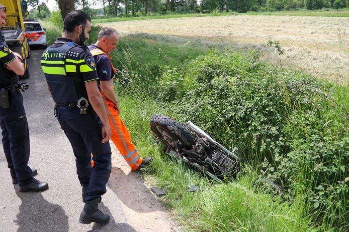 De beschadigde motor wordt door een bergingsbedrijf opgehaald.