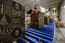 Mederwerkers van Kerstpakketten.nl. zijn bezig in de inpakcentrale.