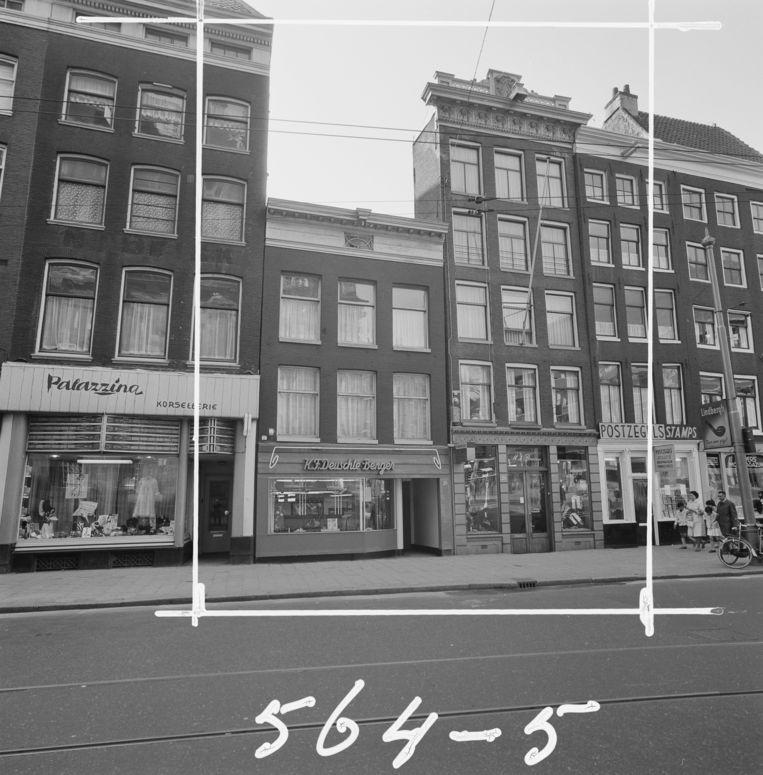 De lingeriezaak van Walter Karl Deuschle in de Paleisstraat.  Beeld Stadsarchief Amsterdam
