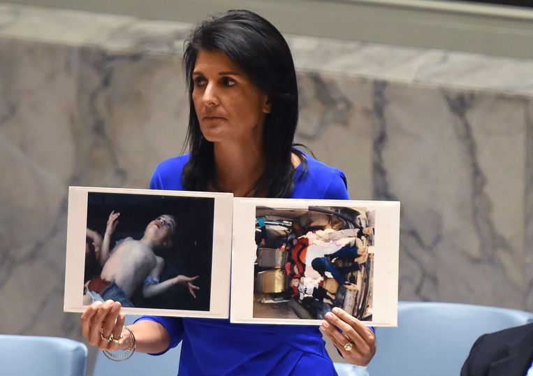 De Amerikaanse VN-ambassadrice Nikki Haley toont foto's van overleden burgerslachtoffers van de gifgasaanval. Beeld AFP