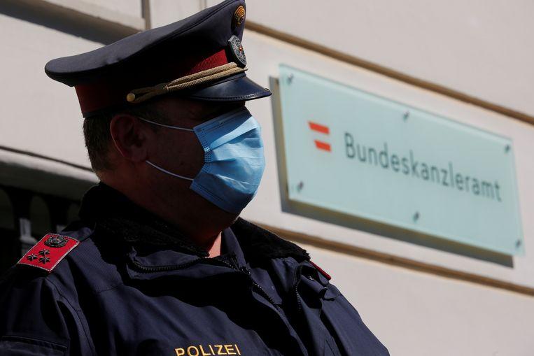 Een agent aan de ambtswoning van de Oostenrijkse bondskanselier in Wenen.