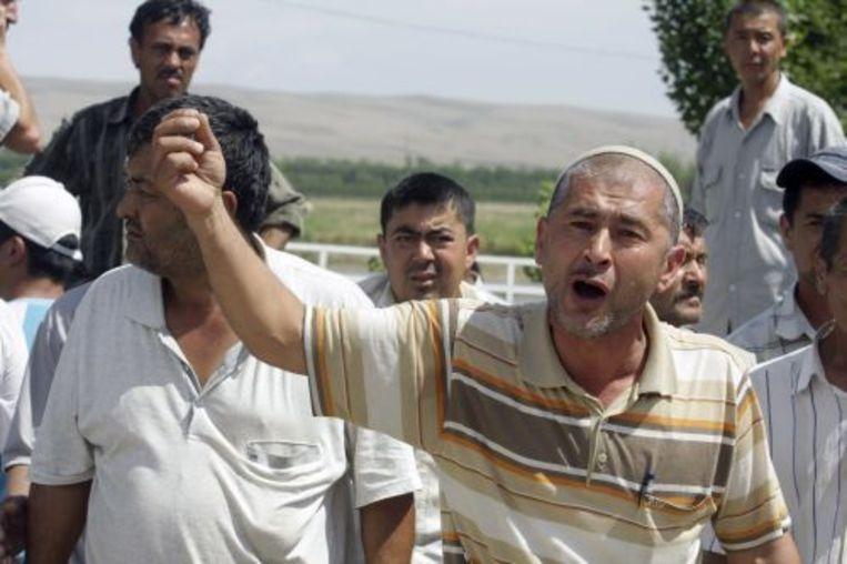 Oezbeekse mannen uiten hun ongenoegen over de situatie. ANP Beeld