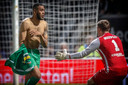 Jafar Arias viert de overwinning op SC Cambuur. FC Dordrecht won op zaterdag 5 mei 2018 na penalty's van SC Cambuur.