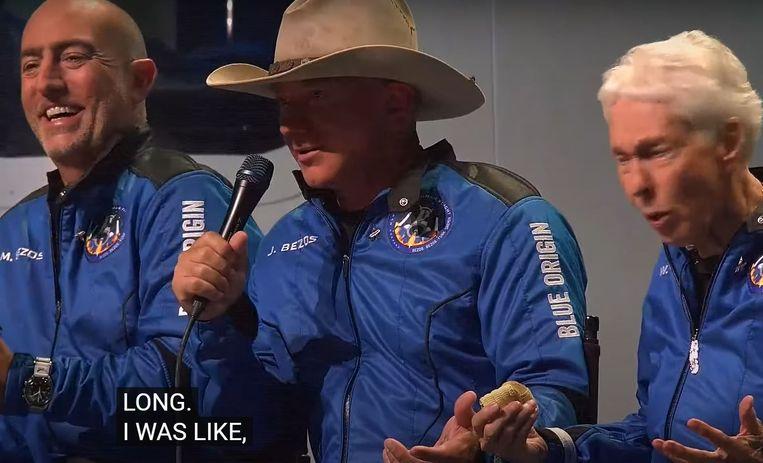 Jeff Bezos (met hoed), enkele uren na zijn ruimtedoop. Beeld
