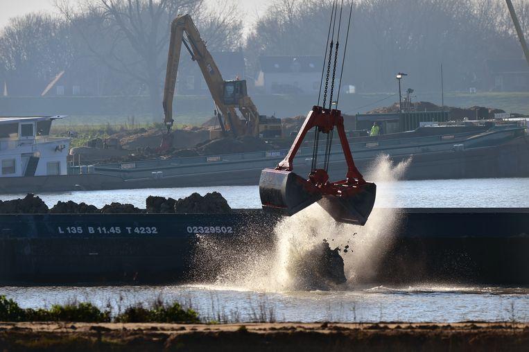 Met toestemming van Rijkswaterstaat wordt er granuliet gedumpt na zandwinning.  Beeld Marcel van den Bergh
