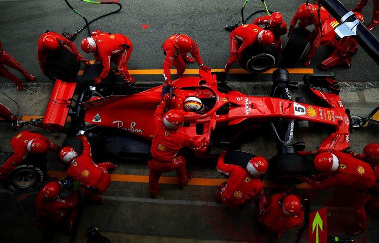 Sebastian Vettel doet een pitstop met zijn bolide. Beeld EPA