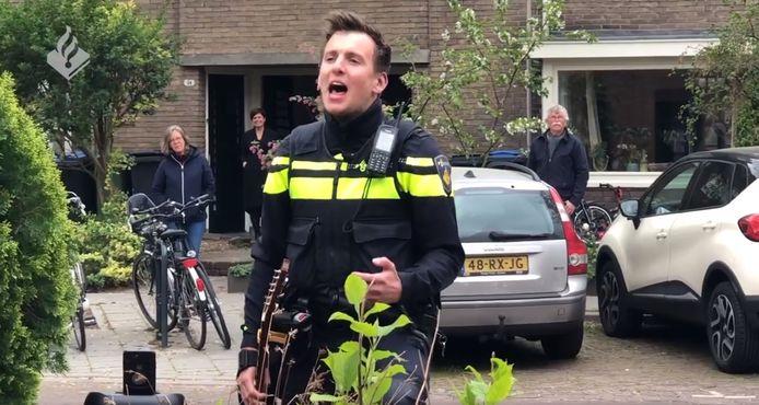 Zingende Agent Thijs Roseboom geeft optreden in Arnhem.