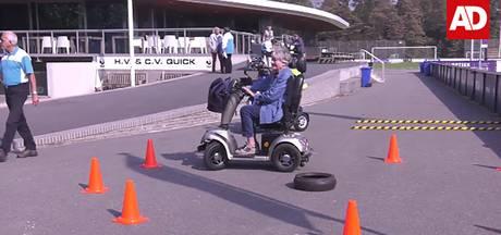 Ouderen trotseren hindernisbanen bij scootmobieltraining