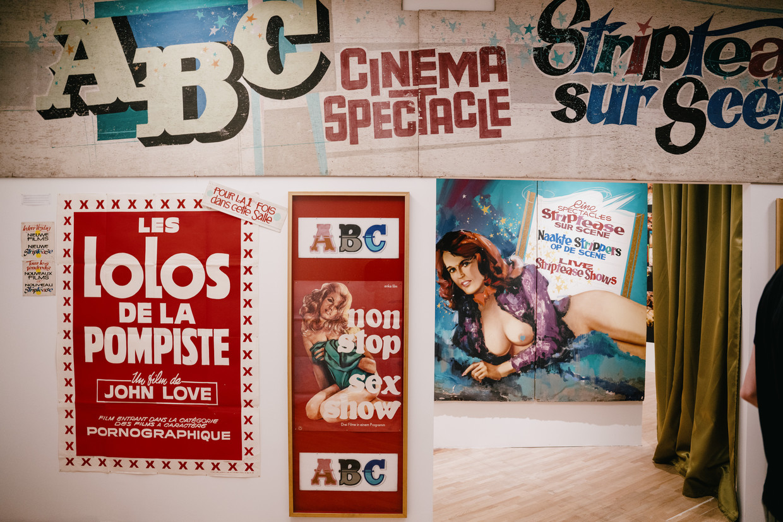 Affiches van de vroegere ABC-pornobioscoop in Brussel. Zelfs de gevel van de oude cinema werd opgetrokken voor de expo.  Beeld Wouter Van Vooren