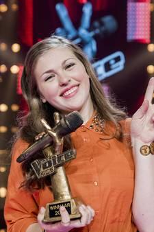 Voice Kids-winnares Iris Verhoek  voor camera's van Jeugdjournaal