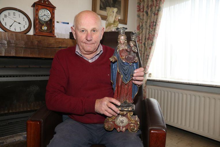 Bernard Deforche met het teruggebrachte beeldje.