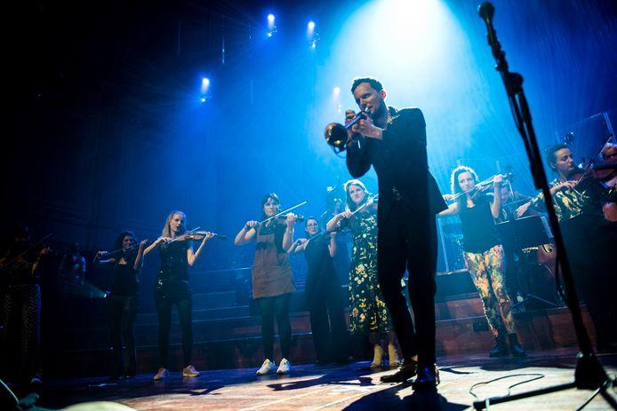 Strijkers en neo-brass op het podium: Pynarello en Gallowstreet treden samen op in de Concertzaal Tilburg.