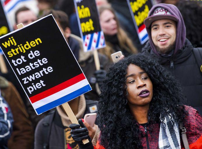 2017-12-02 14:18:05 DOKKUM - Tegenstanders van Zwarte Piet demonstreren in Dokkum voor vrijheid van meningsuiting en demonstratierecht. Roosendaal zit niet op demonstraties te wachten en wil de landelijke intocht niet organiseren.