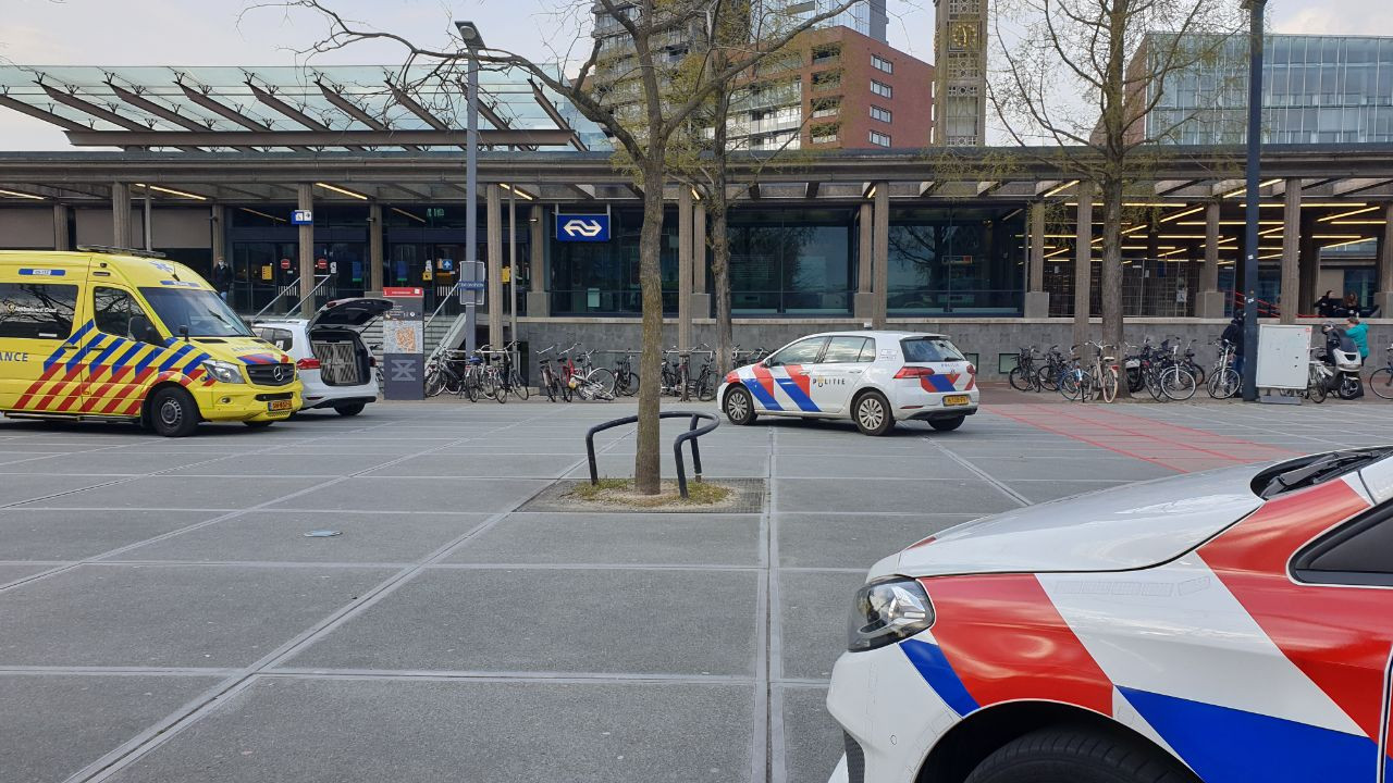 De politie is met meerdere voertuigen ter plaatse op het stationsplein.