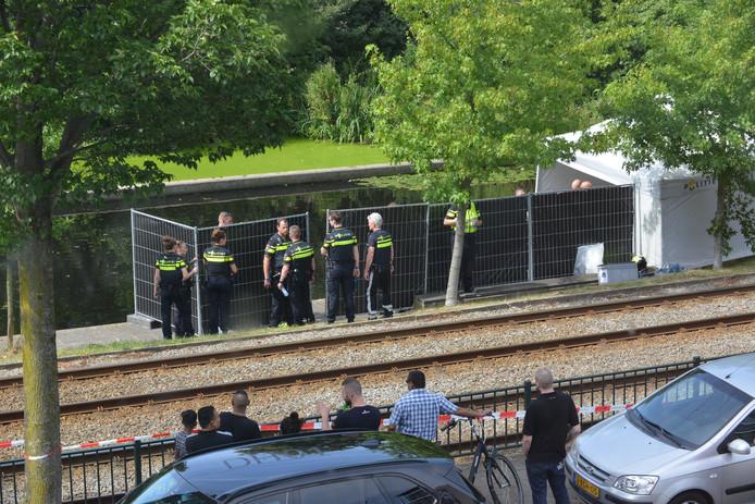 De politie heeft de omgeving met hekken afgeschermd.