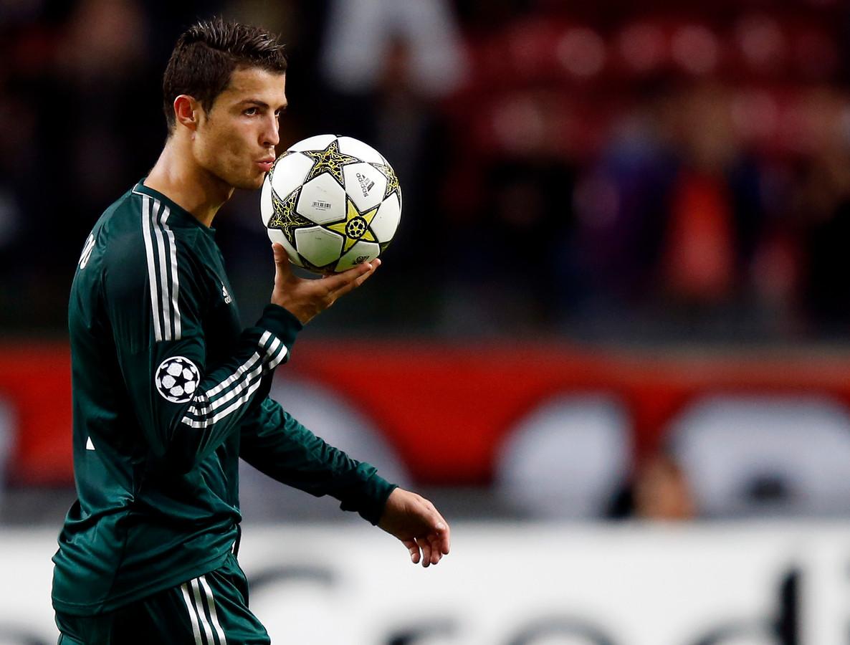 Cristiano Ronaldo kust de wedstrijdbal na zijn hattrick tegen Ajax in 2012. Real is in de Arena met 1-4 te sterk.