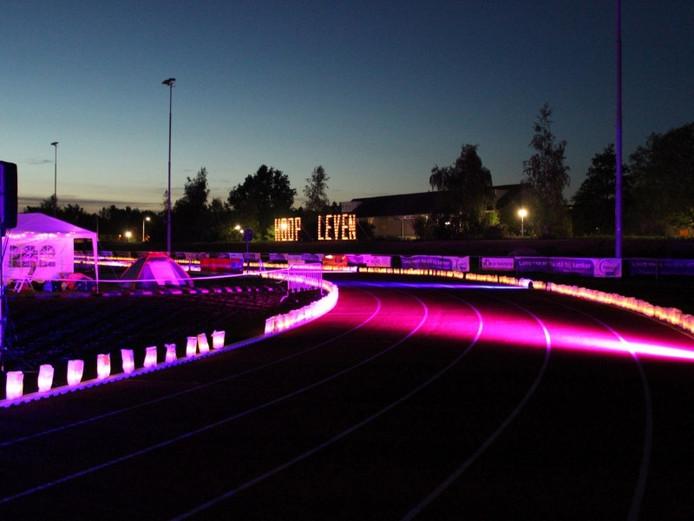 De SamenLoop voor Hoop is 's avonds fraai verlicht met wenszakken, zoals hier tijdens de estafetteloop in Etten-Leur 2015.