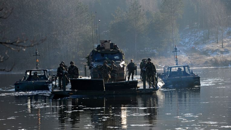 Nederlandse soldaten steken met een gevechtsvoertuig in Polen een rivier over tijdens een oefening eind vorige maand in Drawsko Pomorskie. Beeld EPA