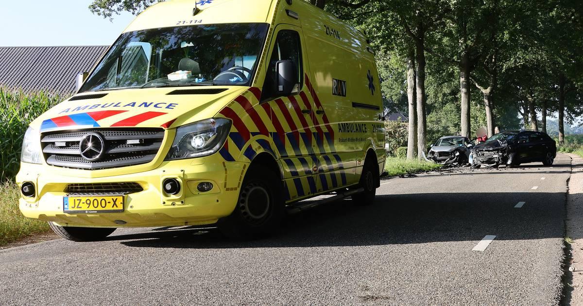 Frontale botsing in Heesch, zwangere vrouw naar ziekenhuis.