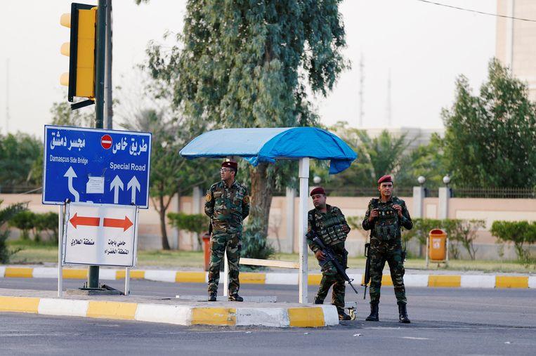 Irakese veiligheidsofficiers staan op wacht in de Groene Zone in Bagdad. Archieffoto.