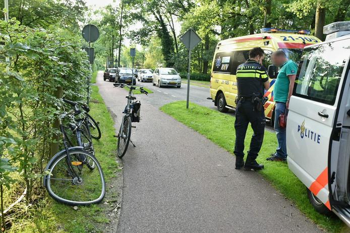 Bij het ongeluk raakte een fietsster gewond aan haar been. De andere fietser is aangehouden door de politie.