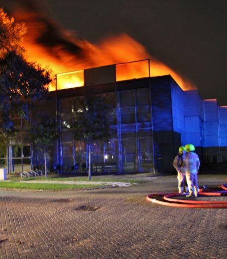 Grote brand in pand op bedrijventerrein in Zuidland, hulp van blusrobot ingeschakeld