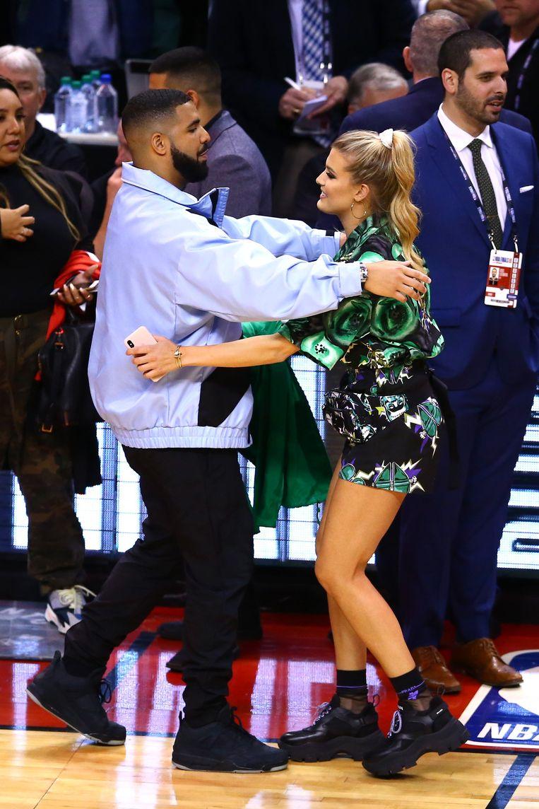 Bouchard knuffelt haar landgenoot Drake. De rapper is een notoir fan van de Toronto Raptors.