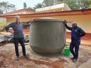 Gerard van Noort bij een calabsh, samen met Ngwanou Daniel, de contactpersoon in Kameroen voor het project.