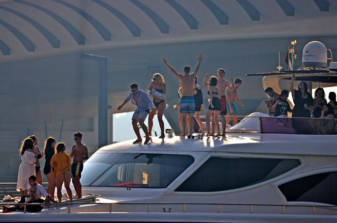 Toeristen feesten op een jacht in Dubai Creek.