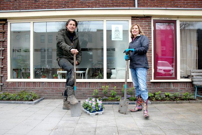 TV-tuinman Lodewijk Hoekstra en demissionair minister Cora van Nieuwenhuizen geven het startschot van het NK Tegelwippen.
