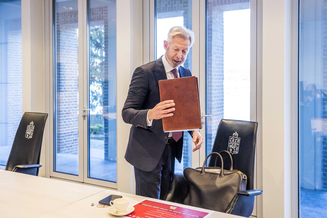 Onno Hoes komt aan bij het Provinciehuis.