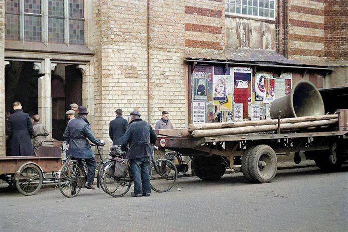 Kerkklok uit de Catharinakerk worden door de Duitse bezetter afgevoerd.