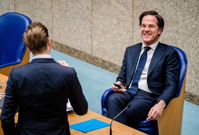 Demissionair Minister Hugo de Jonge van Volksgezondheid, Welzijn en Sport (CDA, links op de foto) en demissionair premier Mark Rutte in de Tweede Kamer