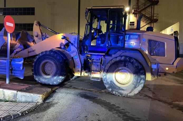 Met deze bulldozer zou de ontslagen werknemer de verwoestingen hebben aangebracht