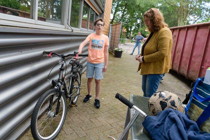 Fabian (11) heeft een nieuwe fiets en schenkt zijn oude aan Kringloop Zeist voor een vluchteling uit Afghanistan.
