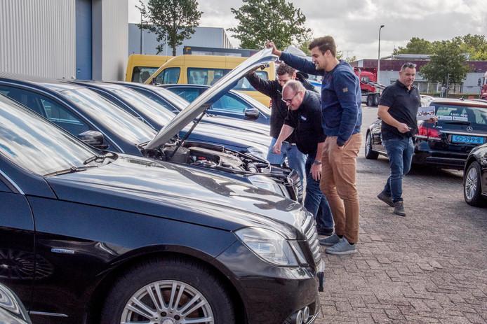 Mario Schollen (rechts op foto) bij kijkdag veiling quattrotax tilburg.