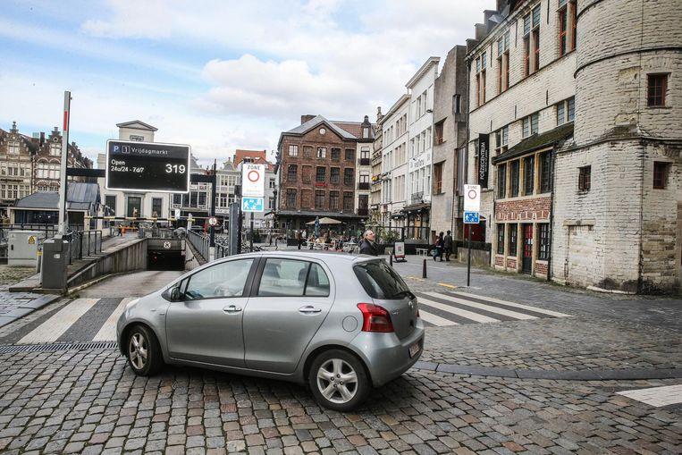 De boetevalstrik aan de Vrijdagmarkt. Wie weg rijdt rechts van de inrit van de parking, als de parking volzet is, hangt eraan.