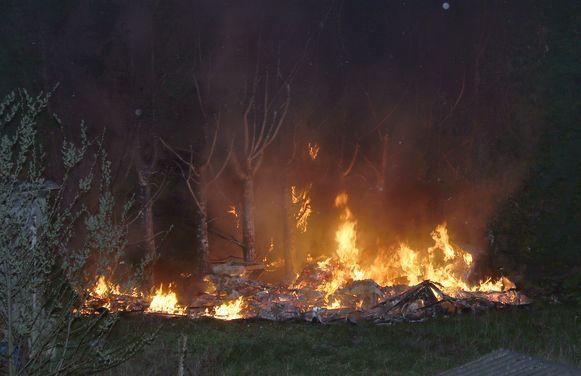 De brand legde twee caravans, een duivenhok en een materiaalhok in de as.
