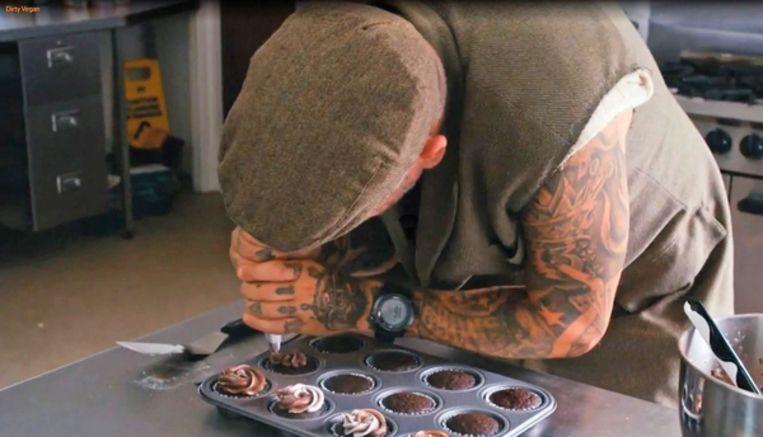 Matthew Pritchard maakt veganistische chocoladecupcakes. Beeld Still uit 'Dirty Vegan'