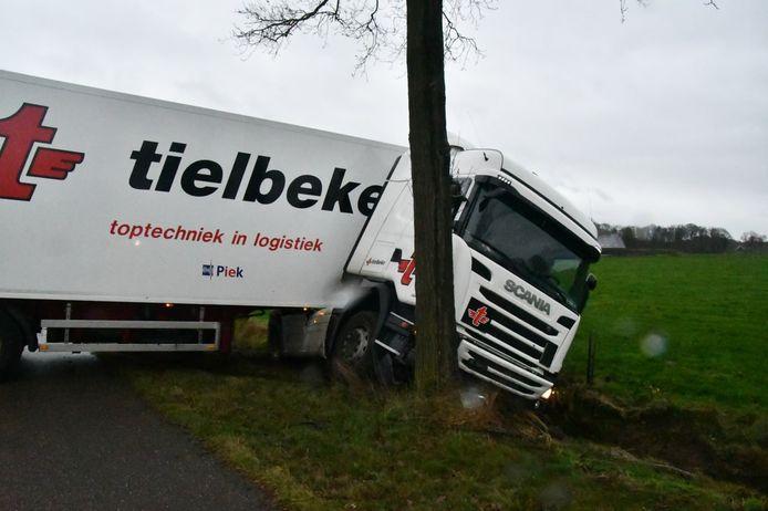 Een vrachtwagen is op de oude N18 bij Haaksbergen van de weg geraakt.